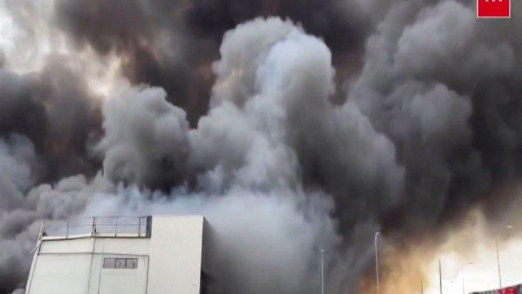 Penampakan Kebakaran Hebat di Kawasan Pabrik di Spanyol
