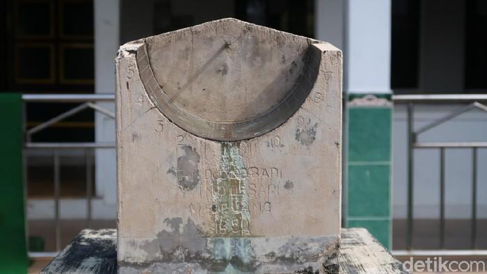 Jam matahari atau dalam bahasa Jawa disebut jam bancet sebagai patokan menentukan waktu salat masih digubakan lho di Masjid Sabilurrosya'ad Bantul.