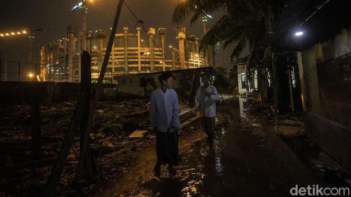 Warga beraktivitas di kawasan Kampung Bayam, Jakarta Utara, Selasa (13/4/2021). Kampung yang berada dekat di proyek pembangunan Stadion Jakarta International Stadium ini tetap menjalani puasa ramadhan.