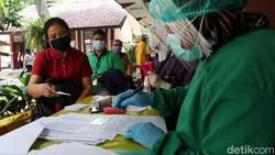 Ratusan guru dan SDM pendidikan di Kecamatan Astanaanyar, Kota Bandung menjalani vaksinasi COVID-19. Vaksinasi berlangsung di SDN 23 Pajagalan, Astanaanyar.