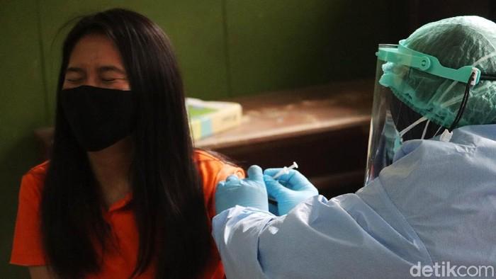 Ratusan guru dan SDM pendidikan di Kecamatan Astanaanyar, Kota Bandung jalani vaksinasi COVID-19. Vaksinasi ini digelar terpusat di SDN 23 Pajagalan, Astanaanyar.