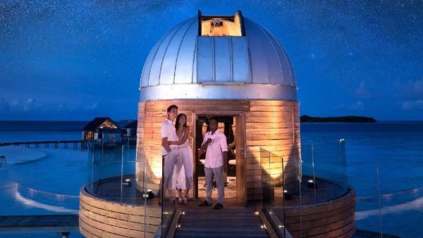 Kalau mau melihat keindahan langit, wisatawan bisa naik ke bar SKY resor, tempat dimana ada teleskop paling kuat di Samudera Hindia! (Anantara Kihavah Villas)