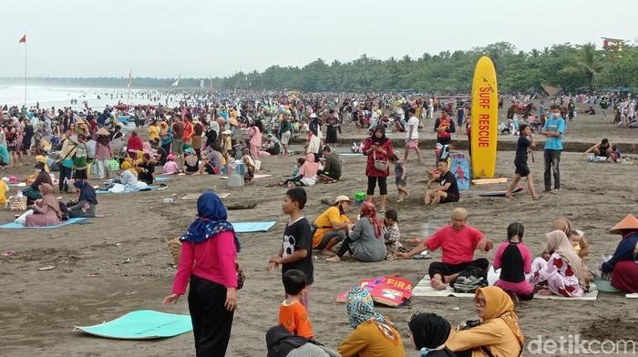 Suasana pengunjung memadati pantai Pangandaran