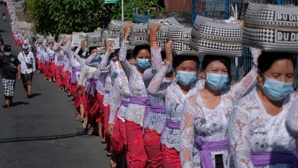 Umat Hindu tengah menjalani tradisi Mapeed yaitu rangkaian persembahyangan Hari Raya Galungan.