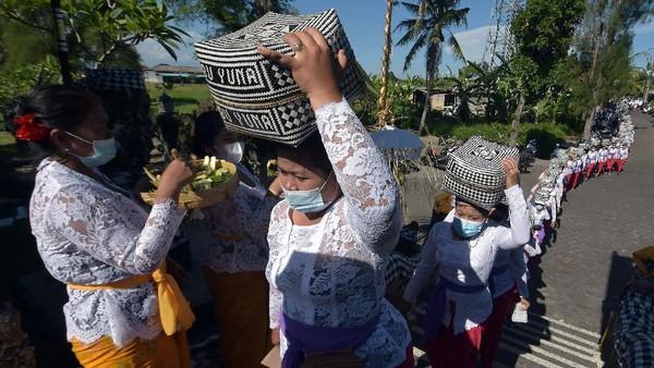 Umat Hindu mengusung keben bambu atau tempat sesajen di Desa Lukluk, Badung, Bali, Rabu (14/4/2021).