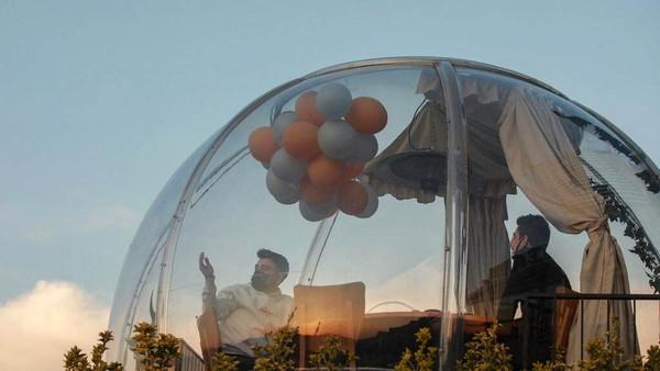 Kapsul dibuat transparan agar pengunjung tetap bisa melihat pemandangan di sekitar restoran.