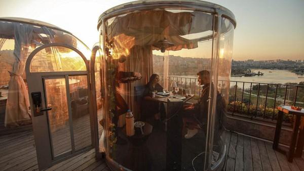 Salah satu restoran di Turki berinovasi dengan membungkus meja pengunjung dengan plastik transparan berbentuk kapsul.