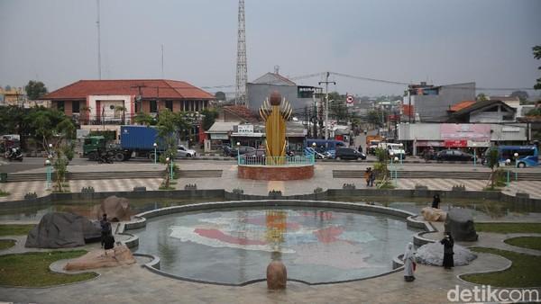 Di depan bangunan bersejarah itu terdapat kolam bergambar peta Kabupaten Bekasi.