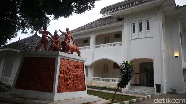 Gedung itu memiliki dua lantai dengan 10 area yang menyajikan sejarah Kabupaten Bekasi dari masa ke masa dengan mengusung tampilan teknologi digital yang modern.