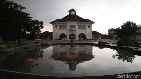 Gedung bersejarah tersebut dibangun dalam kurun waktu 1906-1925 dan pernah dijadikan pusat komando perjuangan RI untuk mempertahankan kemerdekaan dalam menghadapi tentara sekutu seusai Perang Dunia II.
