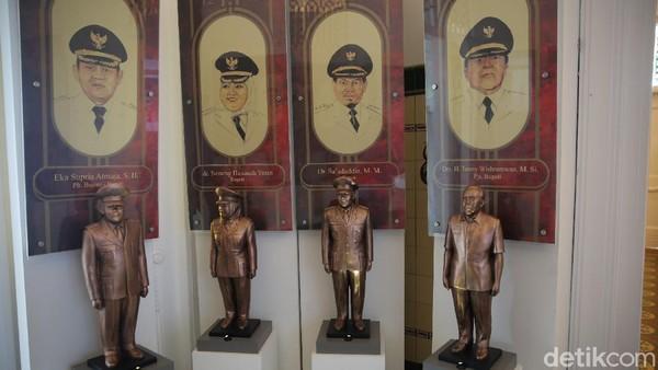 Dilantai satu terdapat miniatur Bupati Kabupaten Bekasi dari masa ke masa.