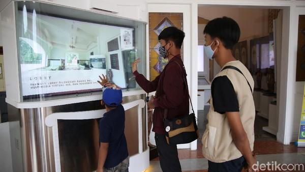 Warga mengunjungi Museum Bekasi di Tambun, Kabupaten Bekasi, Jawa Barat, Rabu (14/4/2021). Museum yang mengenalkan sejarah mengenai Kabupaten Bekasi secara digital.
