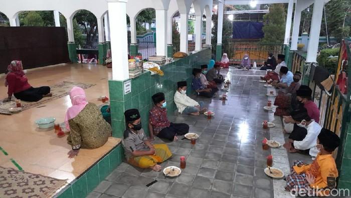 Warga bergotong royong memasak bubur lodeh di  Masjid Sabilurrosyaad Bantul untuk menu buka puasa bersama