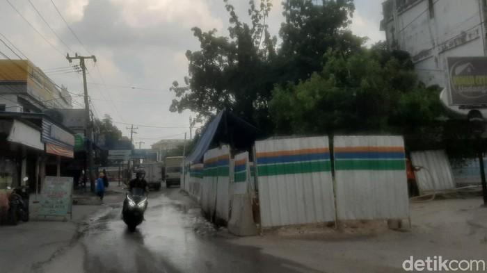 Warga di Kota Pekanbaru, Riau mengeluhkan kerusakan jalan dampak dari pengerjaan proyek instalasi pengelolaan air limbah (IPAL) menyebabkan kemacetan (Raja Adil/detikcom)
