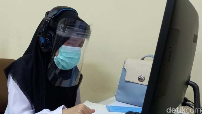 Universitas Pendidikan Indonesia (UPI) gelar Ujian Tertulis Berbasis Komputer (UTBK) Seleksi Bersama Masuk Perguruan Tinggi Negeri (SBMPTN) 2021. 17 Disabilitas mengikuti tes ini.