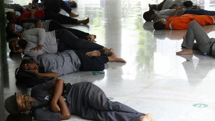 Tidak hanya salat berjamaah, salat bulan Ramadhan ini banyak warga yang datang ke masjid untuk beristirahat dan tidur. Seperti terlihat di Masjid At Taqwa Sriwijaya, Jaksel.