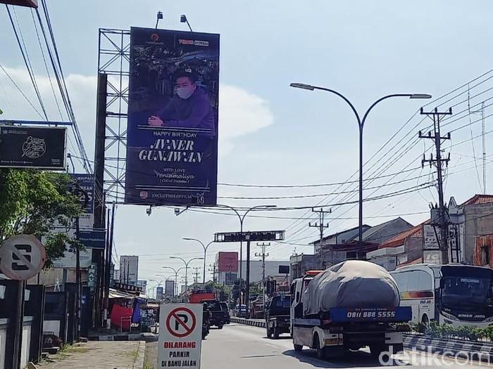 Baliho ucapan ulang tahun untuk pacar di Kota Tegal, Kamis (15/4/2021).