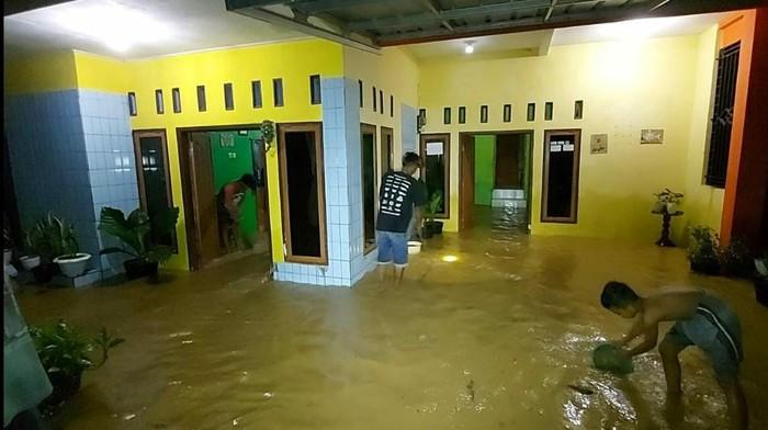Hujan mengguyur wilayah Kabupaten Ciamis, Jawa Barat, sejak Rabu (13/1/2021). Mengakibatkan Sungai Ciseel, Kecamatan Cidolog, meluap hingga membanjiri puluhan rumah dan area persawahan.