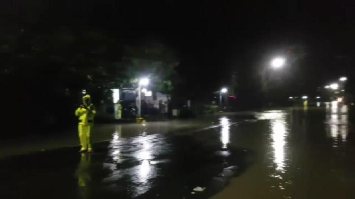 Banjir setinggi 1 meter menerjang beberapa titik Kecamatan Saradan, Madiun, lantaran hujan deras selama 6 jam