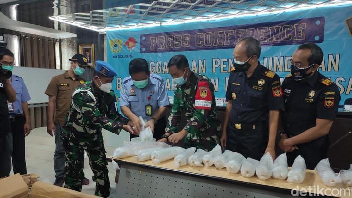 Sebanyak 80 ribu benih bening lobster (BBL) yang akan dikirim ke Batam diamankan di Bandara Juanda Surabaya. BBL tersebut senilai Rp 8 miliar.