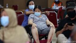 Ratusan Lansia mendapat suntikan vaksin COVID-19 di Gedung Transito, Pondok Kelapa, Jakarta Timur. Begini ekspresi mereka saat disuntik vaksin.