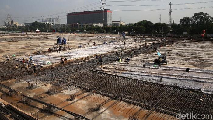 Pembangunan Depo LRT di Jatimulya, Bekasi, Jawa Barat, terus dikebut. Di bulan Ramadhan ini, para pekerja mulai melakukan pengecoran lantai depo.