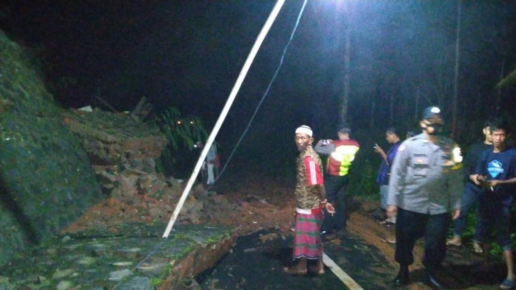 Benteng Bangunan SMP di Ciamis Ambruk, Tutup Akses Jalan