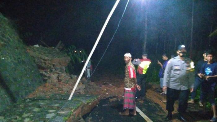 Benteng penahan tembok sekolah di Ciamis roboh menutup akses jalan