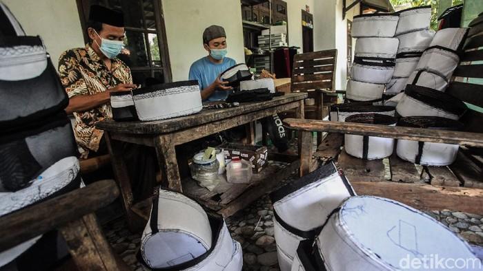 Songkok atau peci jadi salah satu komoditi yang kerap dicari selama bulan Ramadhan. Meski pandemi, permintaan akan songkok meningkat di bulan suci.