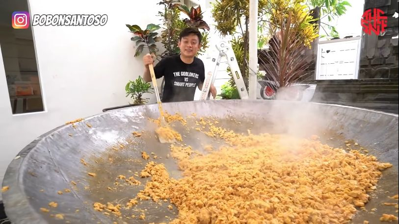 Momen Bobon Santoso Masak Jumbo untuk Dibagikan ke Warga Sekitar.
