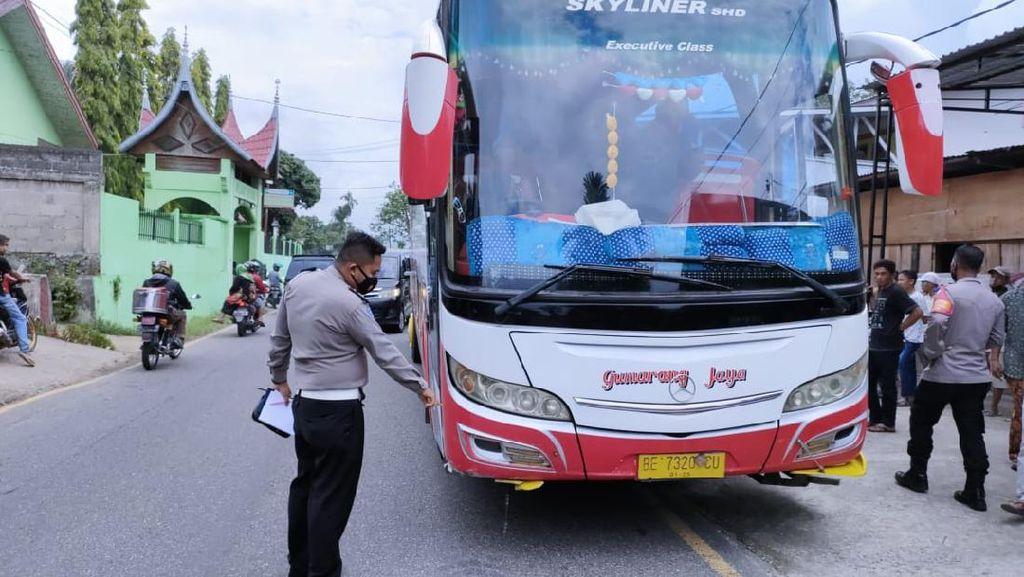 Ngeri! 3 Siswa SD Tewas-2 Luka Ditabrak Bus Saat Tunggu Ortu di Sumbar