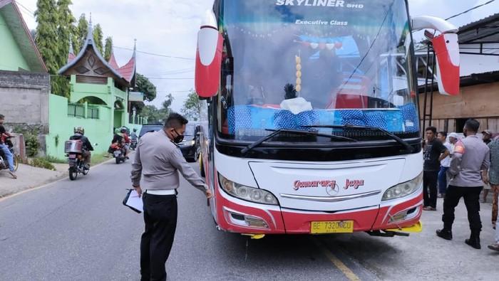 Bus yang menabrak siswa SD di Sumbar (dok. Istimewa)