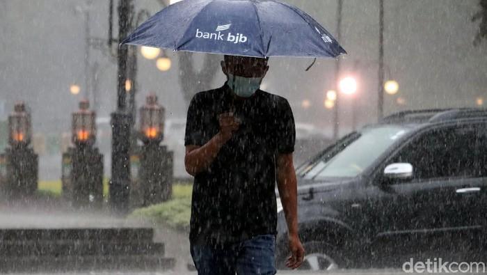 Hujan disertai angin dan petir melanda kawasan Bandung. Warga pun diimbau untuk berhati-hati dan waspada akan potensi cuaca esktrem.