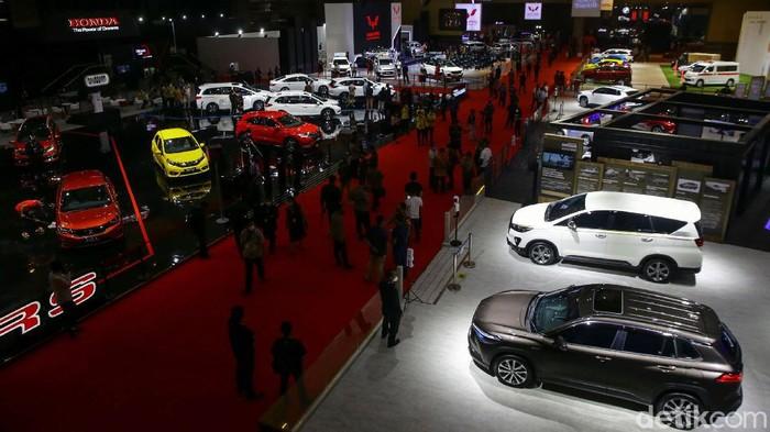 IIMS Hybrid 2021 resmi dibuka Jokowi hari ini. Jadi pameran otomotif pertama yang digelar saat pandemi, berbagai motor dan mobil dipamerkan dalam acara ini.