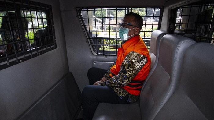Mantan Menteri KKP Edhy Prabowo jalani sidang dakwaan hari ini. Ia didakwa terima suap mencapai Rp 25,7 miliar dari pengusaha eksportir benih bening lobster.