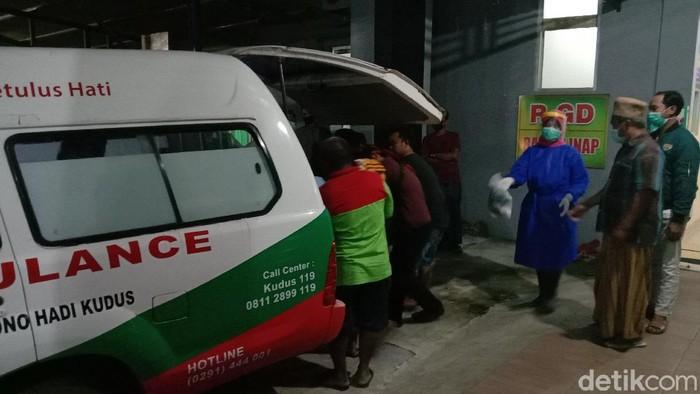 Evakuasi bocah yang meninggal dunia setelah kesetrum jebakan tikus listrik di Kudus, Kamis (15/4/2021).