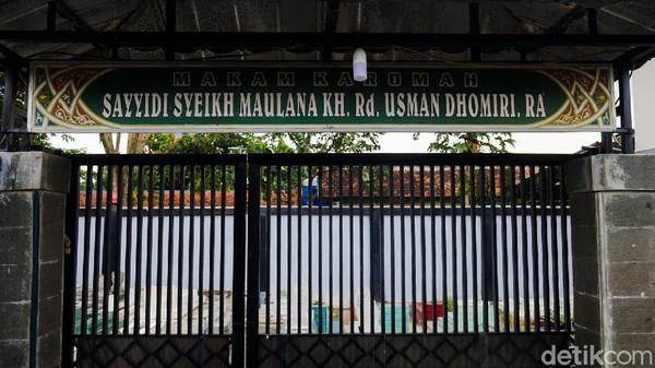 Sosok Usman Dhomiri memiliki peran vital dalam perjuangan bangsa, sekaligus kala pembangunan masjid ini. Usman lahir di Maroko tahun 1870. Dia pula yang turut menyebarkan agama Islam di Jawa Barat, khususnya Cimahi dengan Tarekat Tijaniyah yang disebarkannya.