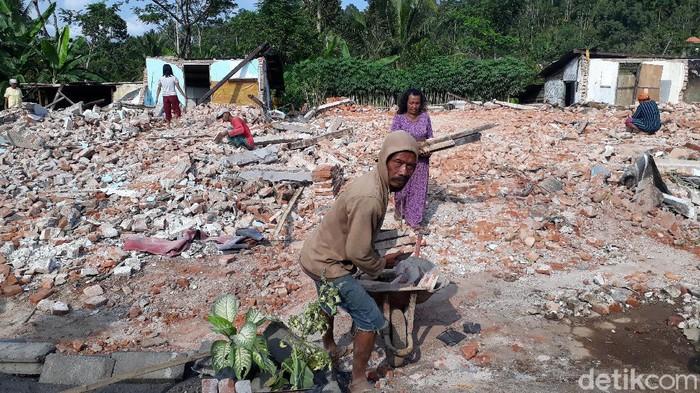 Korban meninggal dalam gempa M 6,1 di Kabupaten Malang menjadi 4 orang. Korban terakhir yakni Mbok Gimah (83).