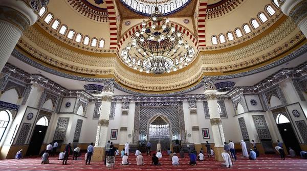 Umat Muslim shalat di Masjid Al Farooq Omar Bin Al Khattab, Dubai, Uni Emirat Arab.