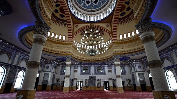 Pengaruh budaya Moor (Maroko) tersebut sangat jelas di seluruh Eksterior dan Interior bangunannya.