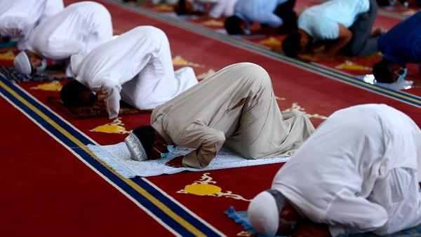 Bagian dalam masjid memiliki banyak fasilitas, misalnya Karpet Sajadah yang melapisi lantai dibuat secara khusus di Jerman.