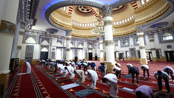 Dengan ukurannya yang cukup luas, Masjid Al-Farooq Umar Bin Khattab dapat menampung hingga 2.000 jamaah sekaligus.
