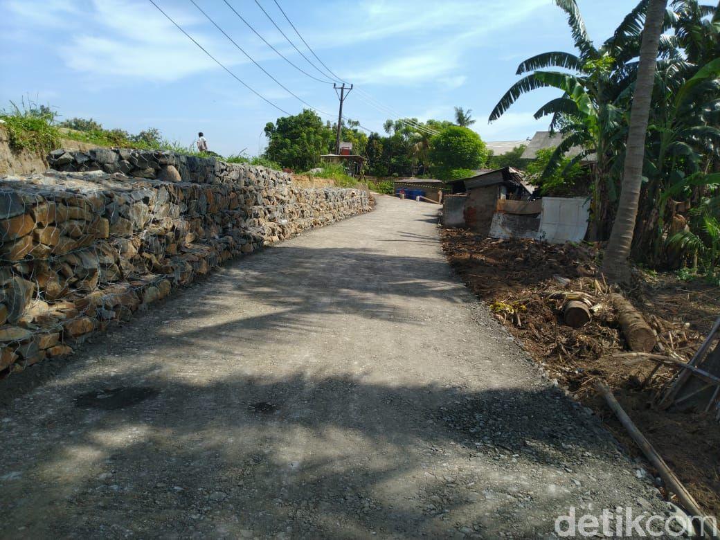 Jalan alternatif yang disediakan untuk warga yang terdampak longsornya Jl Tanjung Burung, Teluknaga, Kab Tangerang. (Dok Pemkab Tangerang)