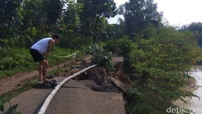 Jalan desa di Karawang ambles.