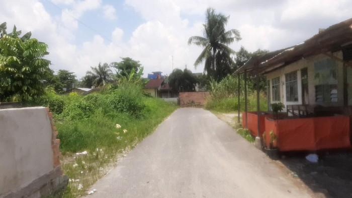 Jalan ditutup tembok setinggi 2 meter di Pekanbaru.