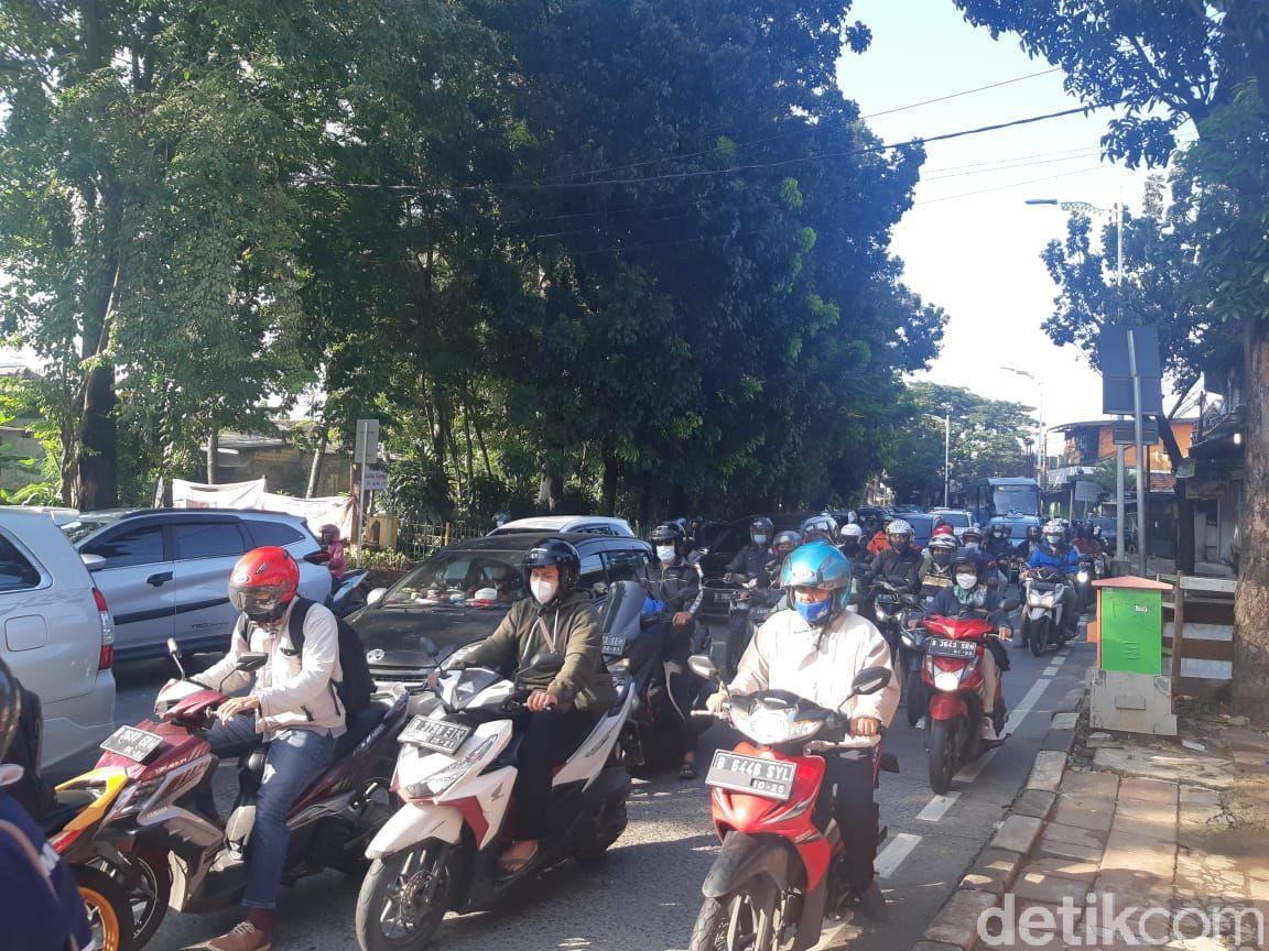 Jl Lenteng Agung Raya jelang Flyover Tapal Kuda LA, 15 April 2021, pukul 07.45-08.00 WIB. (Danu Damarjati/detikcom)8