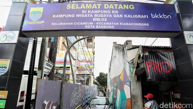 Kampung yang dihias kaligrafi di Bandung.