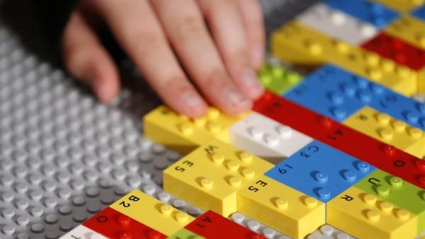 Tonjolan Lego ini telah dimodifikasi agar sesuai dengan huruf atau karakter alfabet braille.