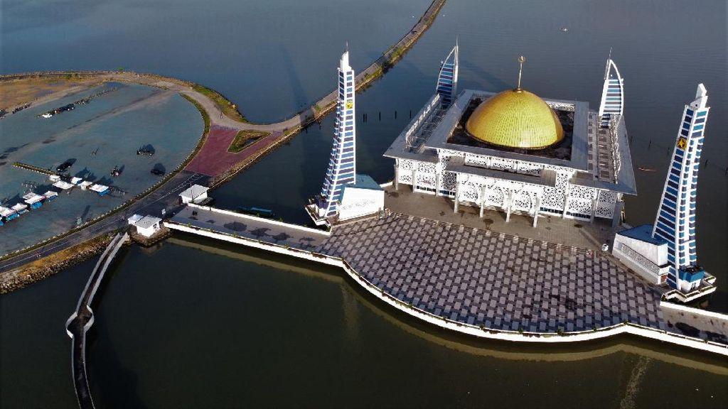 Tenang dan Damai di Masjid Al Alam Teluk Kendari