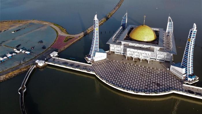 Foto udara suasana Masjid Al Alam Kendari di tengah Teluk Kendari, Sulawesi Tenggara, Kamis (15/4/2021). Masjid Al Alam tersebut menjadi salah satu destinasi wisata religi favorit di Kendari. ANTARA FOTO/Jojon/aww.